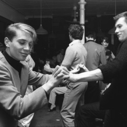 Boys dancing together at the Blitz Club, Covent Garden, London. 1980 - My Britain 970-1980, jusqu'au 31/10/2015