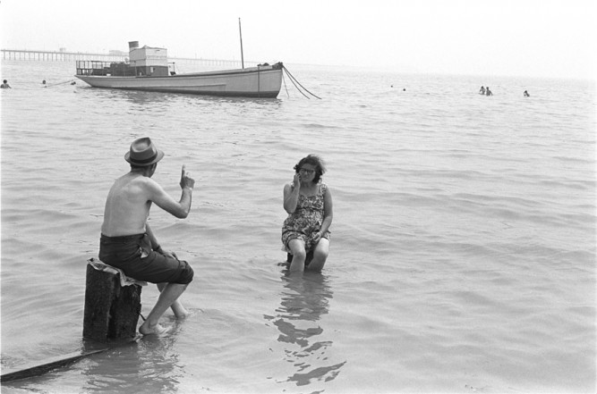 Couple ignoring the incoming tide, Southend on Sea, Essex, 1969 - My Britain 970-1980, jusqu'au 31/10/2015