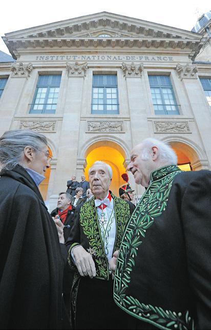 Marc Fumaroli (au centre) et Pierre Rosenberg (à droite), à l'Institut national de France en janvier 2010.