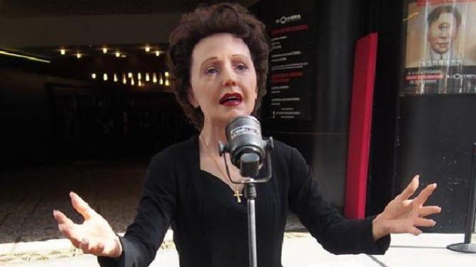 La nouvelle statue de cire d'Edith Piaf devant l'Olympia en juin 2015